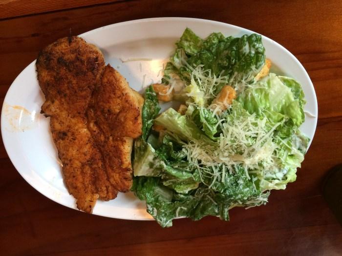 Caesar salad com peito de frango