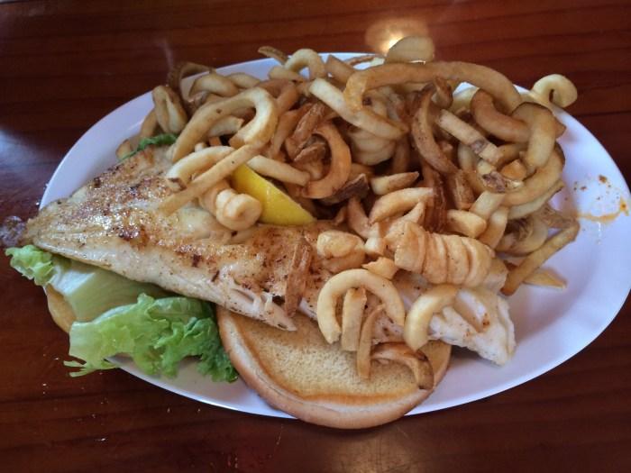 Esse é o Big Fish Sandwich, um sanduíche com peixe e batatas