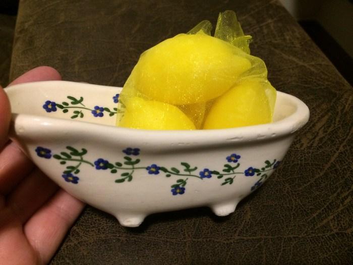 Saboneteira em cerâmica pintada à mão, de Búzios, RJ e sabonetes de limão siciliano, de Riomagiore, Itália