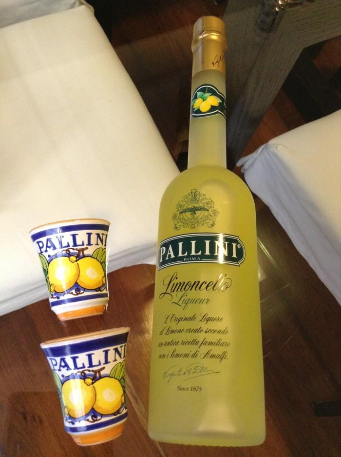 Licor de Limão Siciliano comprado em Gênova, Itália. Os copinhos de cerâmica vieram de brinde na embalagem