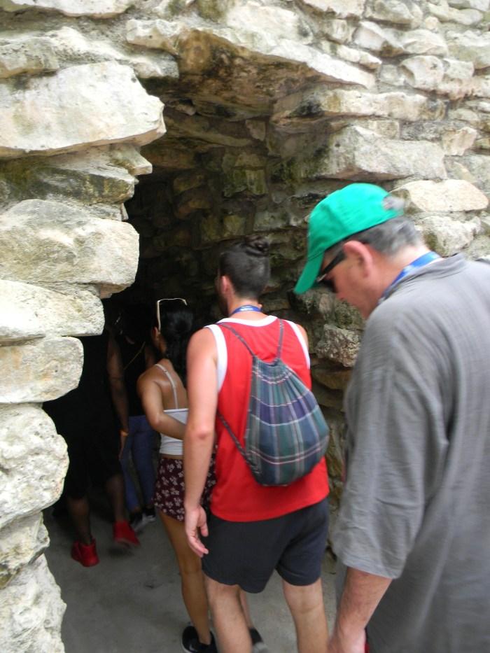 Pequenos portais de pedra dão acesso à Tulum