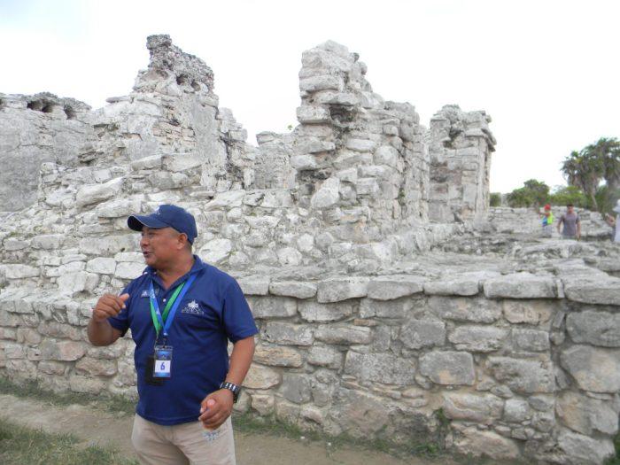 O guia Maurício explicando tudo sobre Tulum