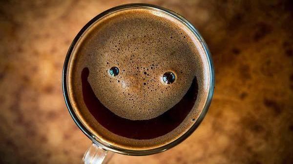 anekdoto-antidroun-laoi-otan-peftei-miga-ston-kafe