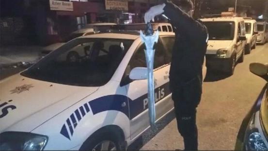 Ένα άτομο επιτέθηκε σε μια στάση ταξί με σπαθί στο Ataşehir της Κωνσταντινούπολης