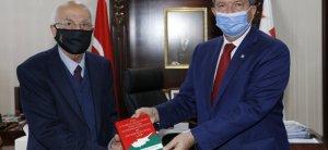 Παρουσίαση βιβλίου από τον Necatigil στον Πρόεδρο Tatar