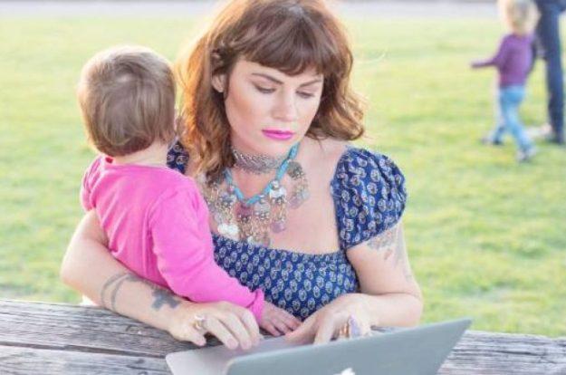 Ženi u parku, koja gleda u svoj telefon, ignorišući svoju decu…