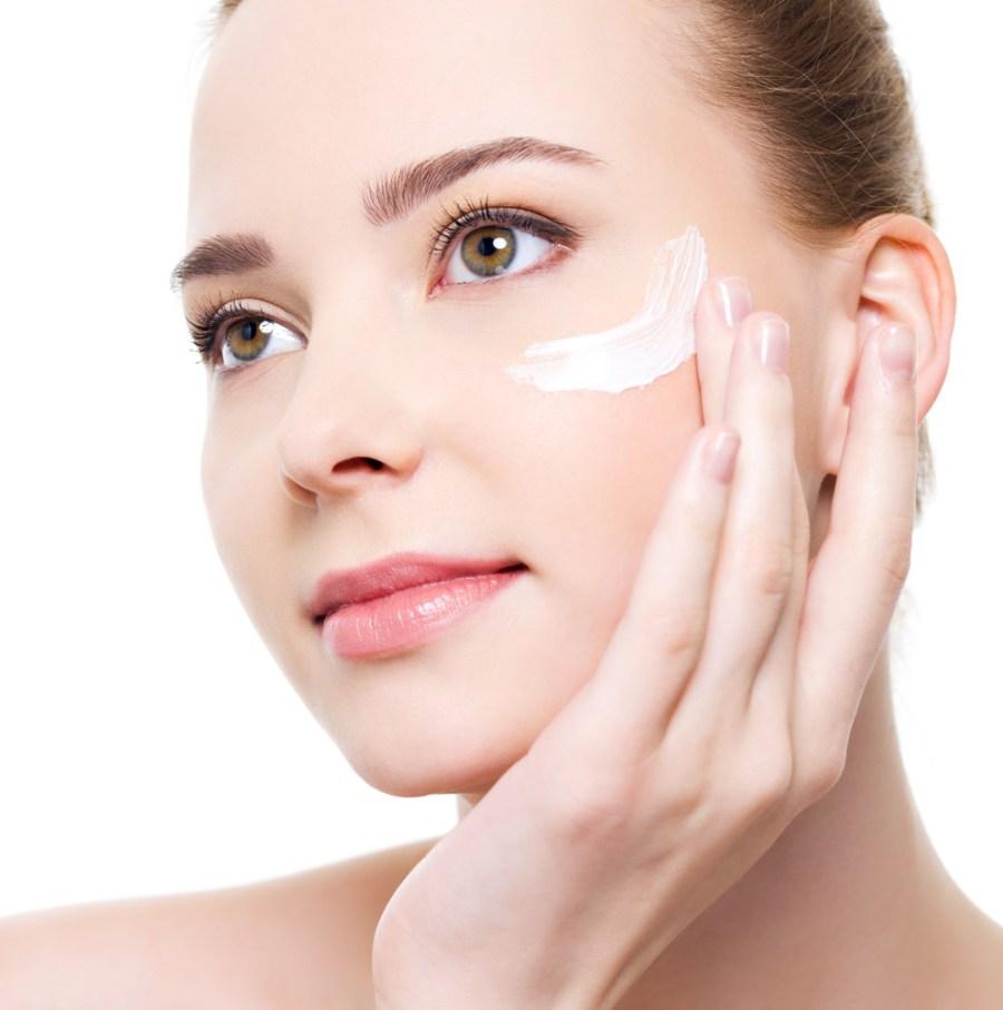 Mujer aplicando crema para belleza
