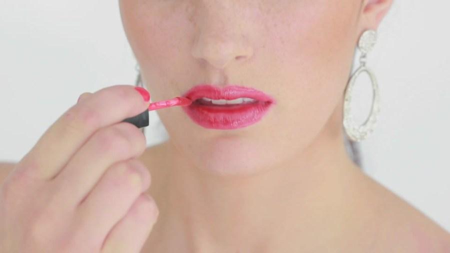 pinta tus labios con brillo para dar besos