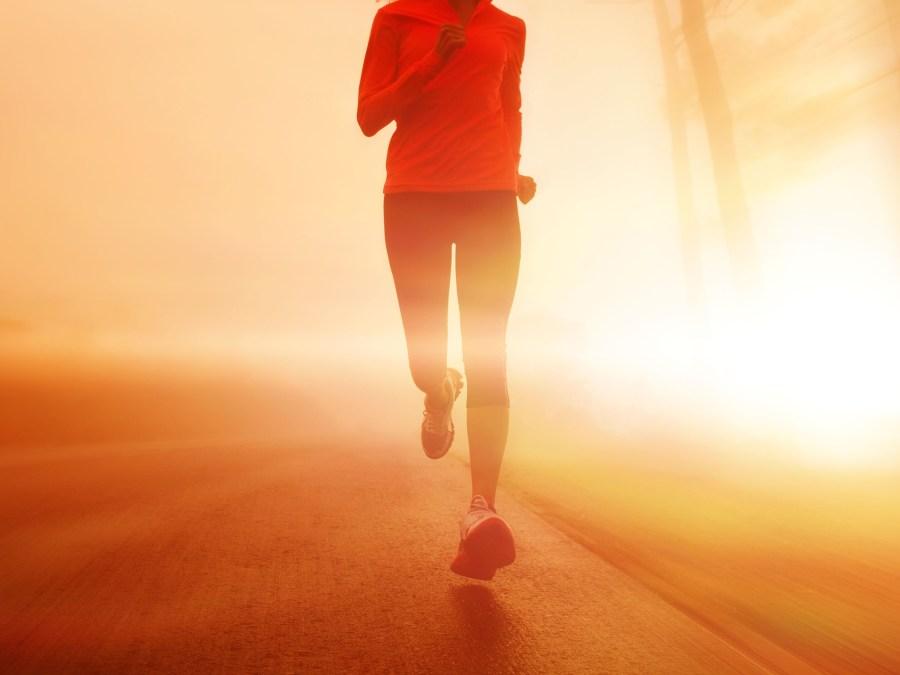 mujer corriendo para bajar de peso con dieta
