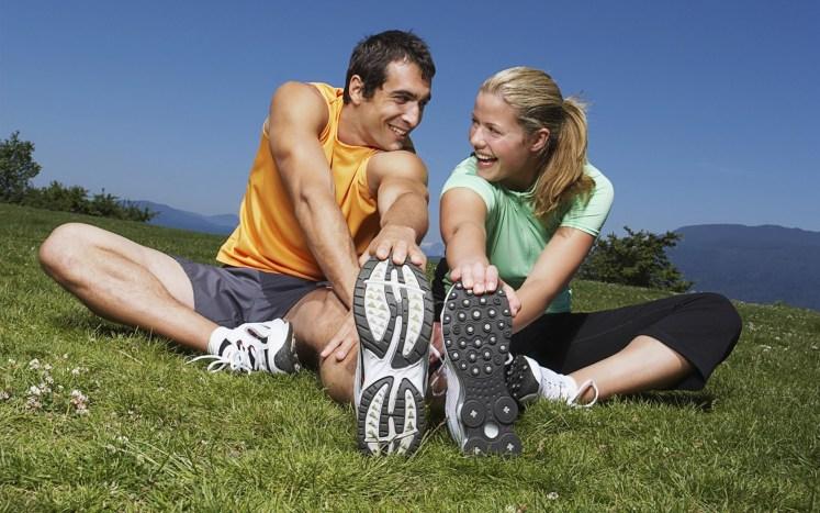 pareja haciendo deporte elongacion