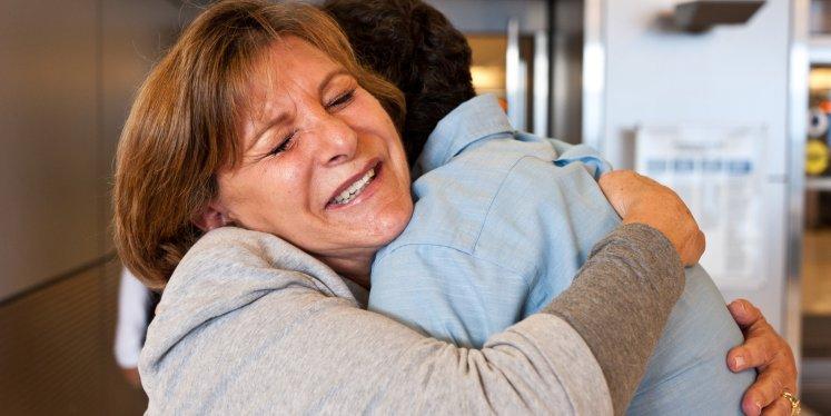 abrazo entre madre e hijo