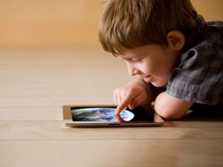 Niño usando tablet