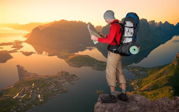 Persona lleva elementos de camping