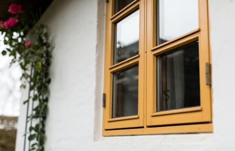 Maling af vinduesrammer og facade på murstenshus