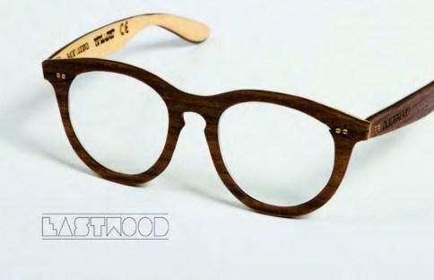 """""""EASTWOOD"""" ist das Ergebnis des Experiments, Design, Material, Innovation und Ästhetik miteinander zu vereinen. Durch die dreilagige Schichtung des Brillenrahmens wurde ein Stecksystem entwickelt, welche der Funktion des Gläseraustausches dienen soll. Diese raffinierte Verbindung wird durch die Verschraubung des Scharnieres mit dem Gestell gesichert. """"EASTWOOD"""" gibt es in einer hellen und dunklen Holzvariante."""
