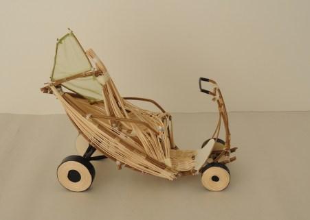 """Der Name des E-Scooters """"Denamu"""" bedeutet auf koreanisch """"Bambus"""". In dem Entwurf wurde das Potenzial und de vielen Verwendungsmöglichkeiten von Bambus genutzt. """"Denamu"""" bekam eine Blattform, die aus unterschiedlich langen und breiten Bambusstäben gefertig wurde."""