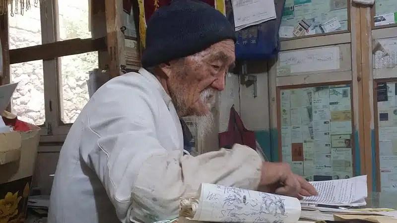 Shilajit as a remedy for High Altitude Sickness. Image of Dr. Ho Shixiu in his practice, the Jade Dragon Snow Mountain Chinese Herbal Medicine Clinic in Baisha Village (Baishazhen), Lijiang, Yunnan, China.