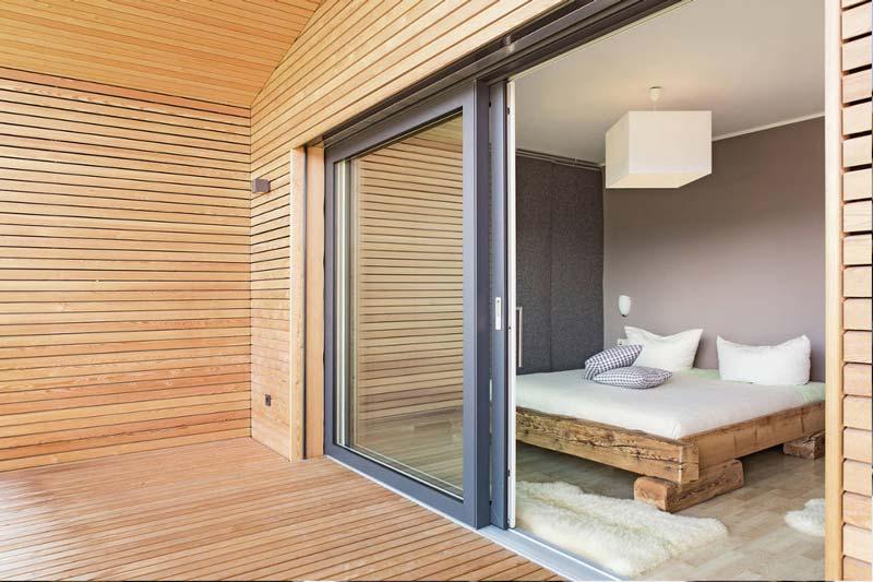 camera da letto con porta finestre scorrevole in PVC