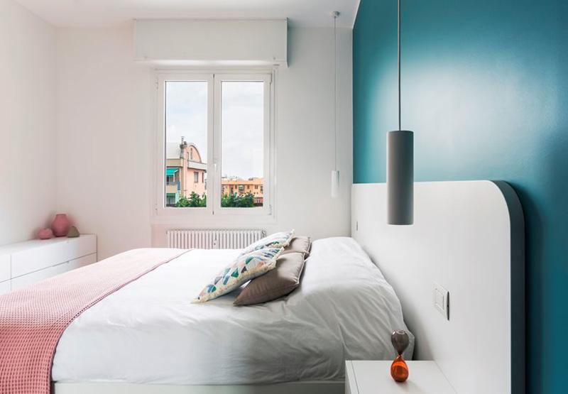 parete turchese dietro il letto