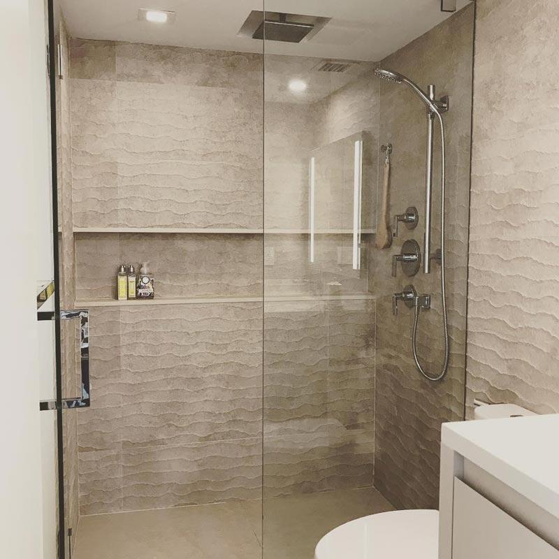 doccia con ampia nicchia per riporre oggetti