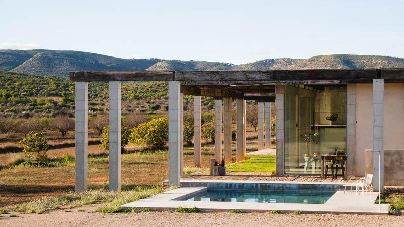 giardino di casa con piscina