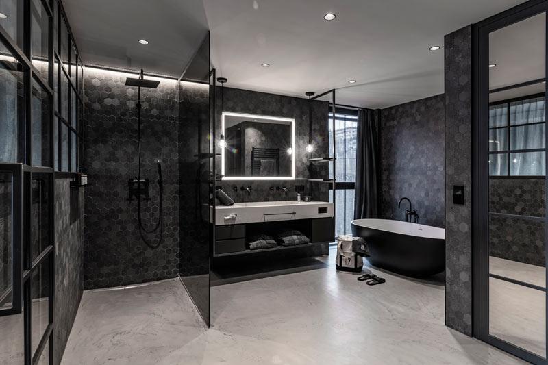 bagno nero con doccia e vasca freestanding