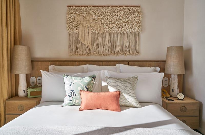 decorazione boho nella parete dietro il letto