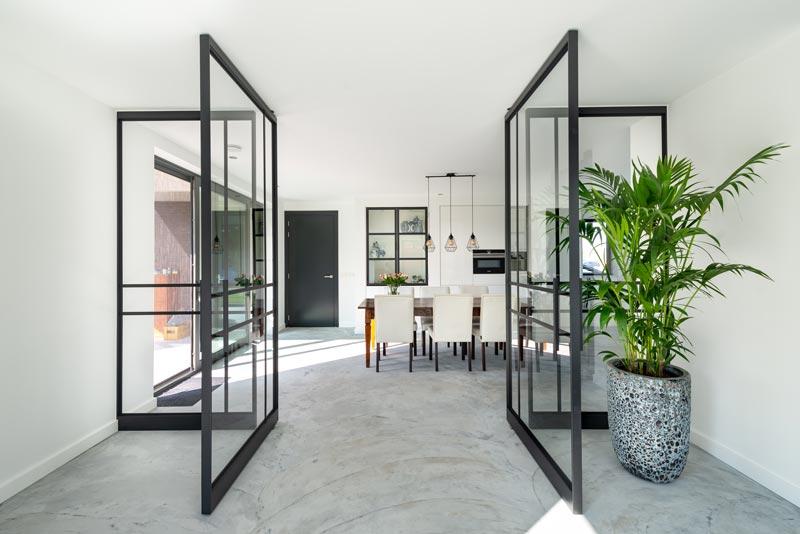 pareti e porte a bilico in vetro e metallo nero