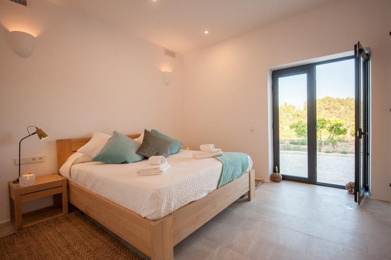 camera da letto con accesso al giardino