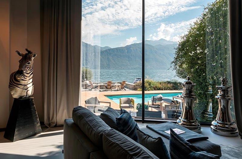 living con vista sulla piscina e il lago
