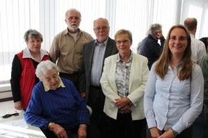 Das Team der Philatelistischen Bibliothek Hamburg (hinten von links): Gertrud Lange, Ingo Susemihl, Dieter Fullrich, Sabine Schwanke und Martina Goldmann sowie (sitzend) Inge Riese.