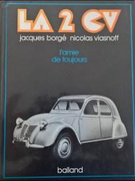 LA 2 CVDies ist ein antikes Döschwo Buch, welches uns am letzten November-Höck von Alfred geschenkt wurde. Damit hat er den Grundstein für unsere Bibliothek gelegt. Vielen Dank, Alfred! Es handelt sich bei diesem Werk um ein Buch mit Copyright 1977. Das Buch ist mit vielen Schwarzweiss-Fotos illustriert.