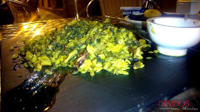Falso risotto de calamares con alioli de tinta. Fuente: Devinos con Alicia