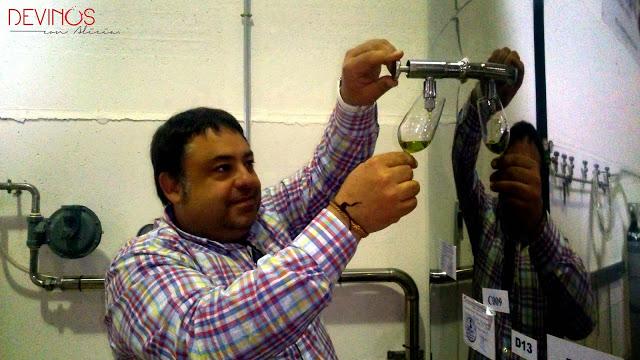 Juan Molina extrayendo del depósito AOVE de la última recolección para su cata Spiritu Santo. Fuente: Devinos con Alicia