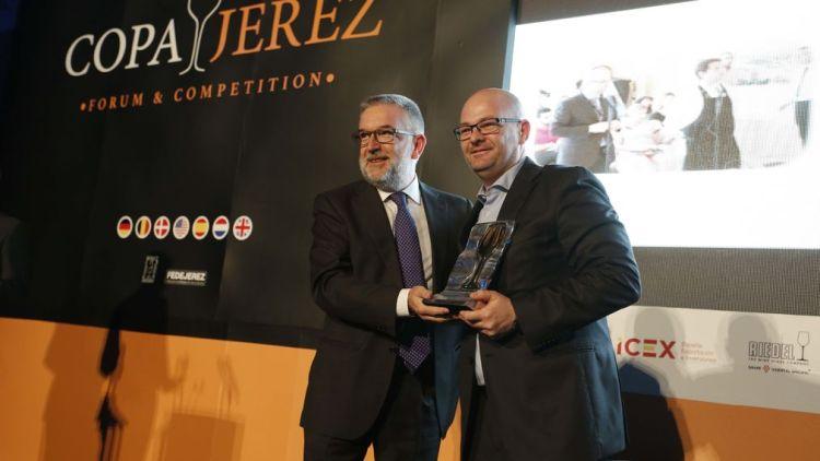 José Ferrer entregando el Premio Juli Soler 2017 a Juan Luis García. Copyright: Juan Luis García