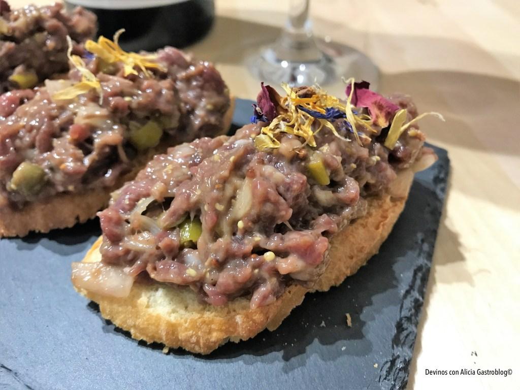 Steak tartar con carne de Carnicas LyO. Mezcla de carne de vacas Rubia Gallega madurada 1 año y 4 meses. Copyright: www.devinosconalicia.com