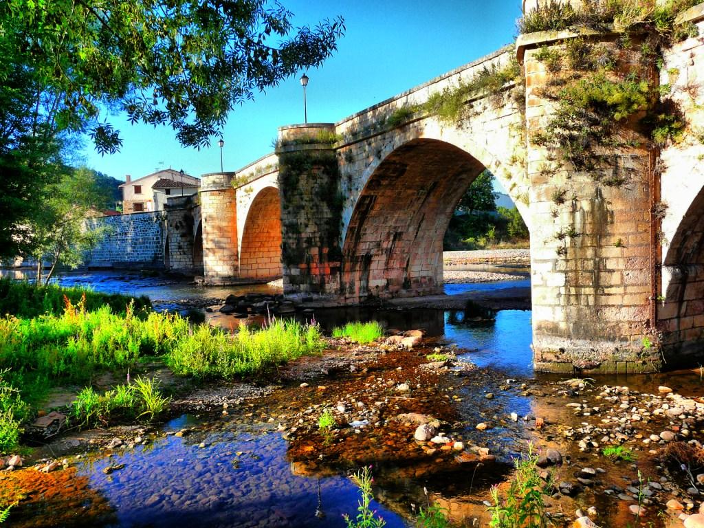 Puente de Covarrubias, (ruta del vino de Arlanza).