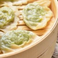 Dumplings de Parmigiano Reggiano, verduras asiático-mediterráneas y salsa de jengibre
