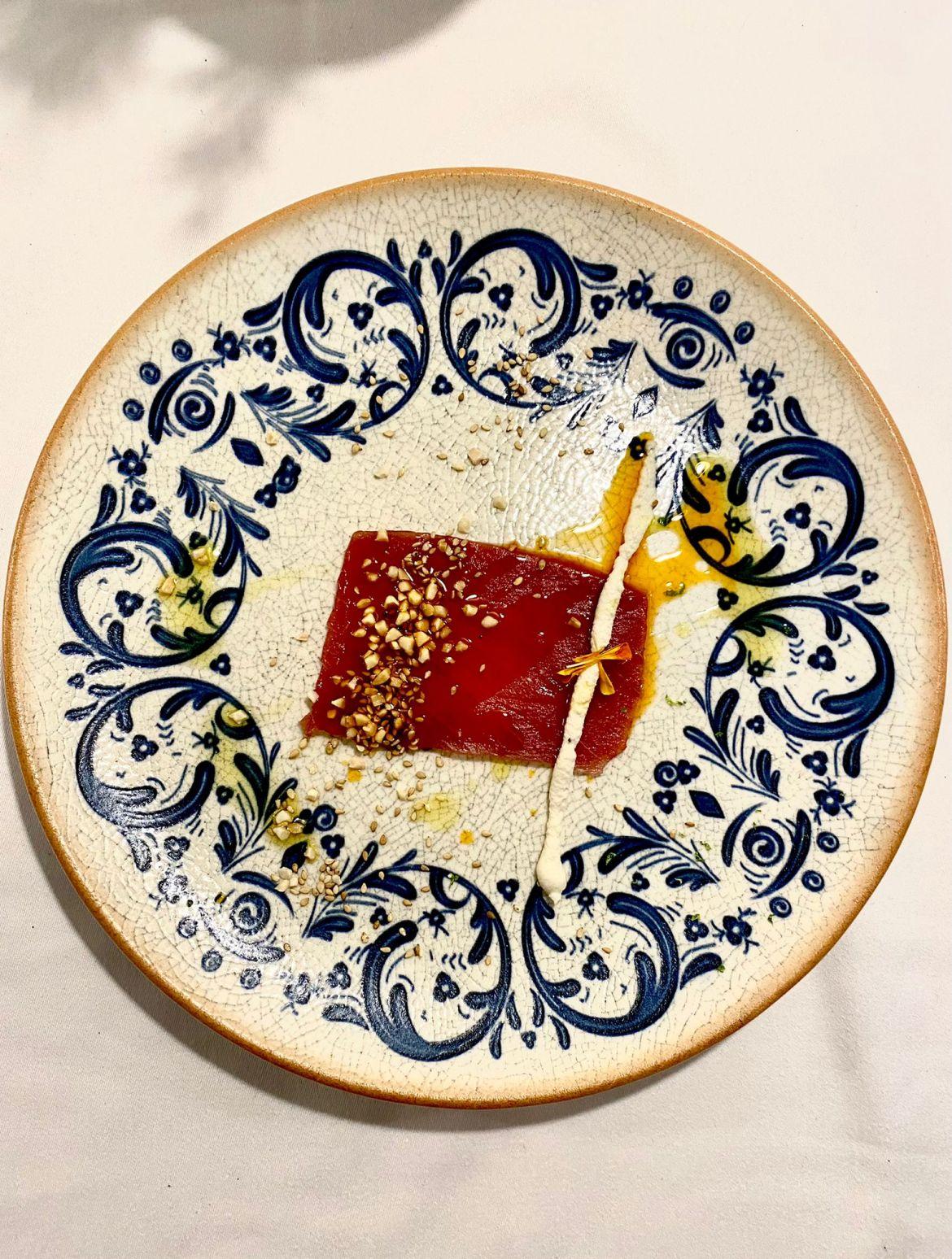 Carpaccio de atún con manteca colorá. Plato dentro del menú degustación en La Malaje.