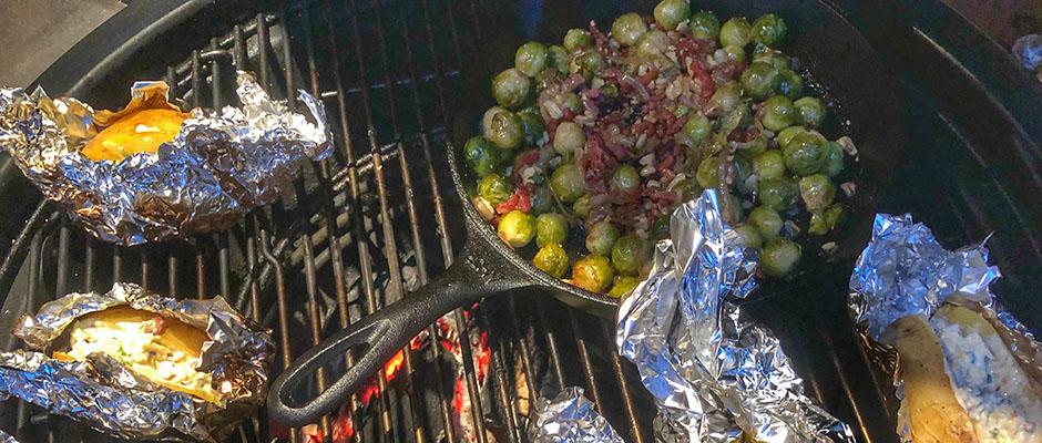 bbq bommelerwaardse ribeye roast met gepofte aardappelen en spruitjes devleesboerderij grillfun