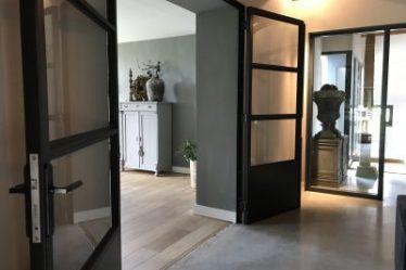 zwart stalen deuren woonboerderij