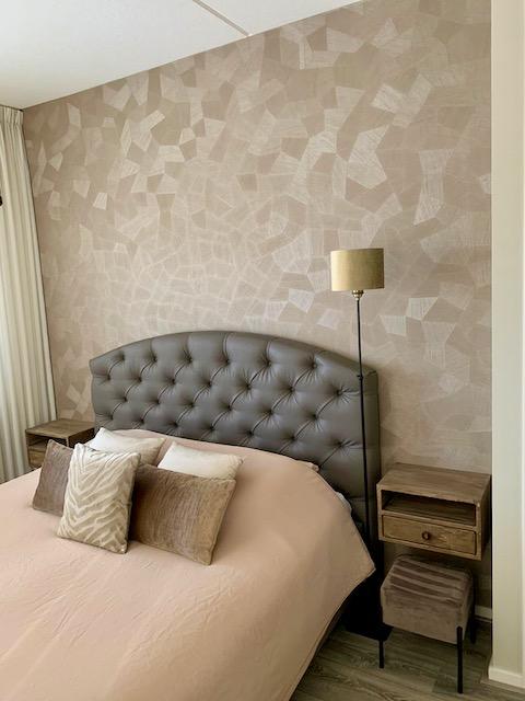 gecapitonneerd hoofdbord velours kruk hotel chique behang
