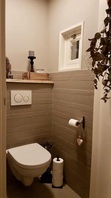 Landelijk toilet taupe steenmal kandelaar groene toef
