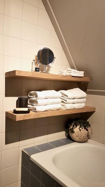 Houten zwevende planken badkamer handdoeken spiegel kruik