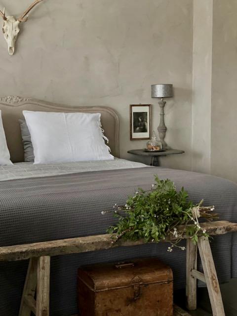 Kalkverf slaapkamer landelijk klassiek bed hoofdbord bankje toef