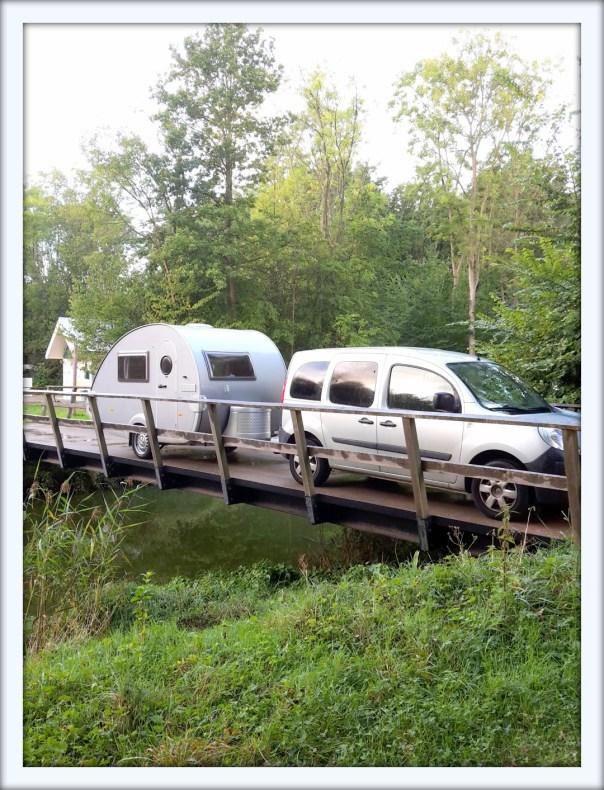 Veere caravan op brug