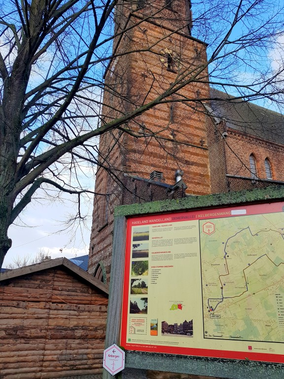 Start aan de kerk in Schaffen. Infobord over de Kelbergenwandeling