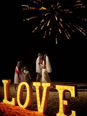 letras-love-iluminadas-boda-en-cancun