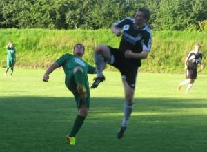 Kruse (li.) im Zweikampf um den Ball. ©DFFC