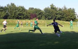 Stange (im Vordergrund li.) beim Versuch den Gegner zu stellen. ©DFFC